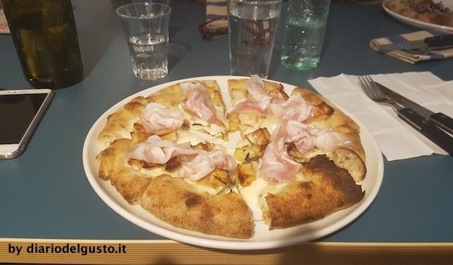 Foto Berberè Pizza pancetta arrotolata, patate al forno, asiago e fiordilatte
